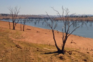 Lake Hume at 4% from Bethanga Bridge - January 2007.